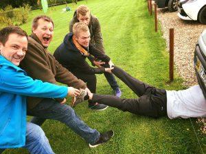Disse fem gutter har selv inlagt humor i deres teambuilding.